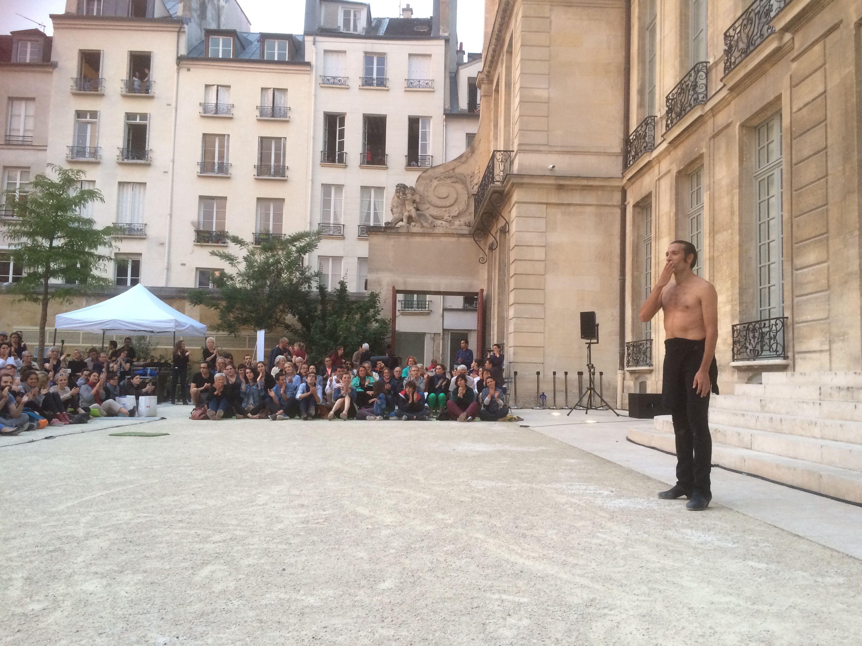 Israel Galván dans la cour du Musée Picasso à Paris