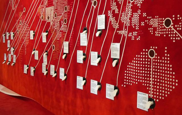 Le mur des langues au Musée de l'Homme